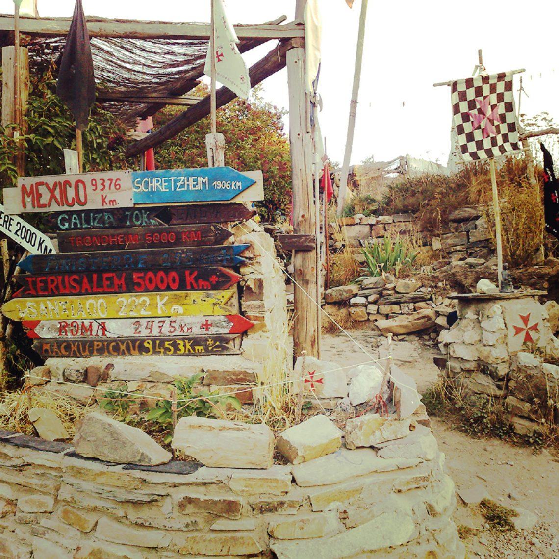Die Hippie-Kommune von Manjarin mit den Entfernungsangaben einiger Weltstädte.