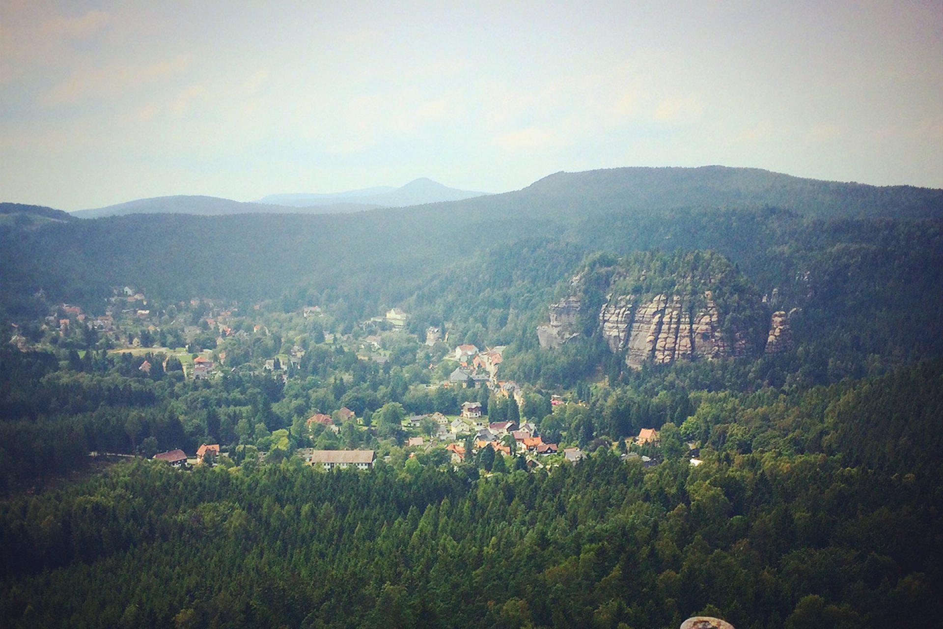 Der Kurort im Tal des Zittauer Gebirges gleichen Namens, wie der Fels davor: Oybin.