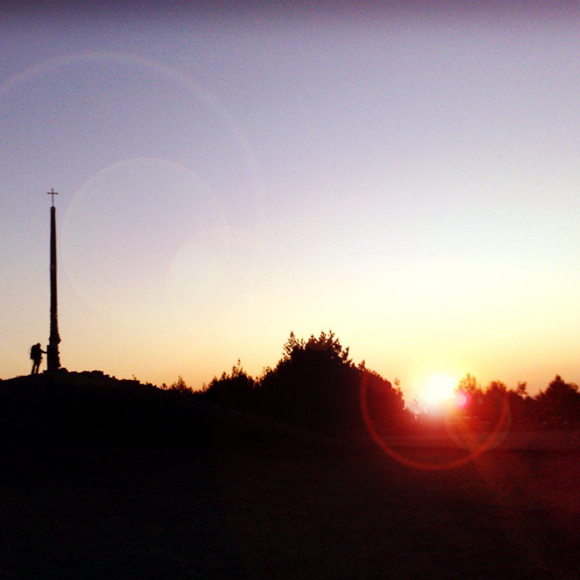Sonnenaufgang am Cruz de Ferro.